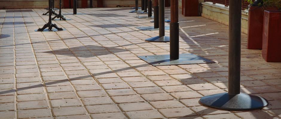 Terrazo pétreo rugoso 4×4 barro ocre 16 envejecido